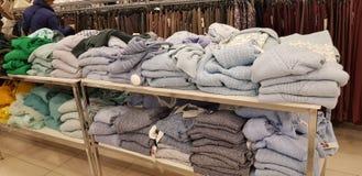 Verkoop van de kleding van vrouwen in de opslag Zolla stock foto