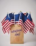 Verkoop van de tekst de herdenkingsdag en Amerikaanse vlaggen stock fotografie