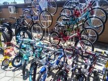 Verkoop van fietsen in de straat Markt voor de verkoop van fietsen Stock Foto's