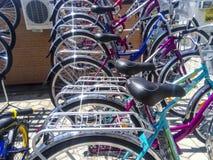 Verkoop van fietsen in de straat Markt voor de verkoop van fietsen Stock Foto