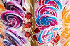 Verkoop van gekleurde lollys met stickers in vorm van harten Stock Afbeeldingen