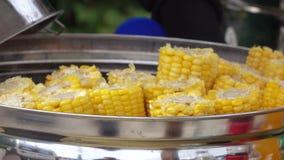 Verkoop van graan op de straat stock videobeelden