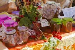 Verkoop van honing bij de markt Royalty-vrije Stock Foto