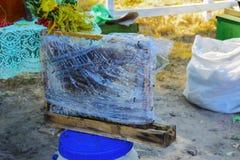 Verkoop van honing bij de markt Stock Foto's