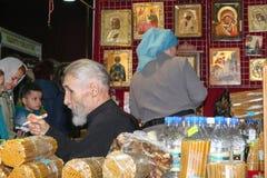 Verkoop van kerkdingen met verkopers en kopers Stock Foto