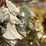 Verkoop van Kerstmisspeelgoed in de supermarkt Ceramische engel - het stuk speelgoed van het Nieuwjaar stock fotografie