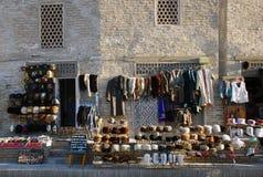 Verkoop van kleding buiten Boukhara Stock Foto's