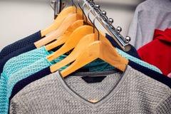Verkoop van mensen` s sweaters in boutique Modieuze mensen ` s clothing_ stock afbeelding