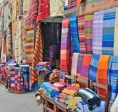 Verkoop van met de hand gemaakte textiel op de markt stock fotografie
