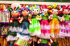 Verkoop van mooie kleurrijke Mexicaanse poppen in Xohimilco, Mexico stock foto's