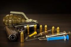 Verkoop van narcotica Wapen en drugs op de lijst Pistool en Munitie stock afbeeldingen