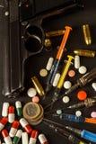 Verkoop van narcotica Wapen en drugs op de lijst Pistool en Munitie royalty-vrije stock afbeeldingen
