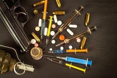 Verkoop van narcotica Wapen en drugs op de lijst Pistool en Munitie stock foto