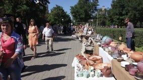 Verkoop van nationale Oekraïense aardewerkproducten stock videobeelden