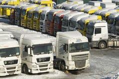Verkoop van nieuwe en gebruikte zware vrachtwagens in Moskou Stock Fotografie
