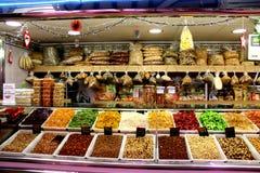 Verkoop van noten, geroosterde hazelnoten, gebraden hazelnoten, natuurlijke hazelnoten royalty-vrije stock afbeeldingen