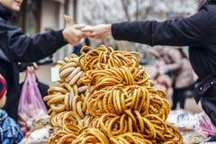 Verkoop van ongezuurde broodjes, schapen in de straat Royalty-vrije Stock Foto's