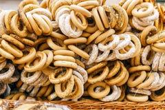 Verkoop van ongezuurde broodjes, schapen in de straat Royalty-vrije Stock Fotografie
