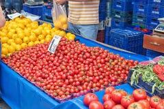 Verkoop van rijpe serretomaten en citroenen in de straatmarkt Stock Afbeelding