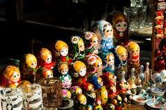 Verkoop van Russische herinneringen - het nestelen poppen Stock Foto