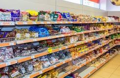 Verkoop van snoepjes, chocolade en koekjes bij de kruidenierswinkelopslag Dixy Stock Foto