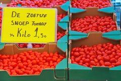 Verkoop van tomaat op de markt Stock Afbeeldingen