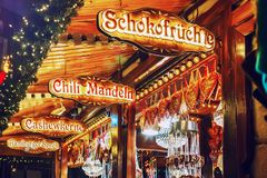Verkoop van traditionele snoepjes bij Duitse Kerstmismarkt Hamburg, Duitsland royalty-vrije stock fotografie