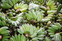 Verkoop van vers gesneden groene bananen Vers fruit Verkoop van bananen Straatbazaar Bos van bananen Aziatisch fruit royalty-vrije stock foto