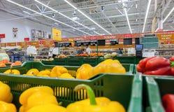 Verkoop van verse groenten in het hypermarket netwerk Auchan Royalty-vrije Stock Foto's
