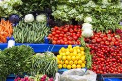 Verkoop van verse groenten op plank Stock Afbeeldingen