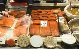 Verkoop van vissen op een markt. Stock Foto