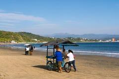 Verkoop van vruchten op fietsen op het strand van Manzanillo Colima stock afbeeldingen