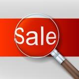Verkoop Vergrootglas over rode achtergrond Stock Fotografie