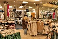 Verkoop. Vrouwen in winkel. Royalty-vrije Stock Foto's