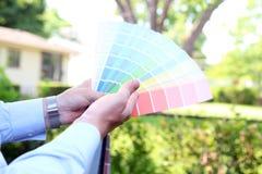 Verkoopagent die kleurensteekproeven voor ontwerpproject kiezen Royalty-vrije Stock Afbeeldingen