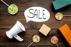 Verkoopconcept met megafoon Verklaar de verkoop Elektronische megafoon dichtbij woordverkoop in wolk, giftdozen en snoepjes  royalty-vrije stock afbeeldingen