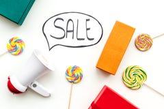 Verkoopconcept met megafoon Verklaar de verkoop Elektronische megafoon dichtbij woordverkoop in wolk, giftdozen en snoepjes  royalty-vrije stock afbeelding
