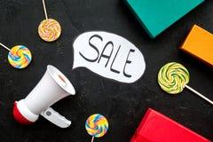 Verkoopconcept met megafoon Verklaar de verkoop Elektronische megafoon dichtbij woordverkoop in wolk, giftdozen en snoepjes  stock afbeelding