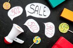 Verkoopconcept met megafoon Verklaar de verkoop Elektronische megafoon dichtbij woordverkoop in wolk, giftdozen en snoepjes  stock foto's