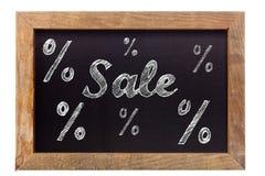 Verkoopkrijt die met percentagetekens schrijven op bord Stock Foto's