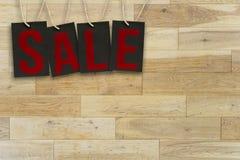 Verkoopmarkeringen op houten plankenachtergrond Royalty-vrije Stock Fotografie