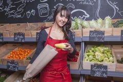 Verkoopmedewerker in de kruidenierswinkel Royalty-vrije Stock Afbeeldingen