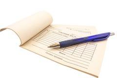 Verkoopontvangstbewijs en pen stock afbeelding