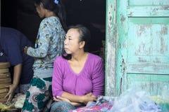 Verkoopster bij de markt, dorp Toyopakeh, Nusa Penida 17 Juni 2015 Indonesië Stock Foto