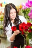 Verkoopster in een bloemwinkel Stock Foto