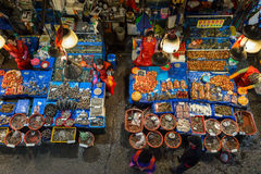 Verkoopsters en zeevruchten bij Noryangjin-Vissenmarkt hierboven wordt bekeken die van Stock Foto's