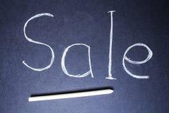 Verkoopteken op blauw schoolbord met krijt royalty-vrije stock afbeeldingen