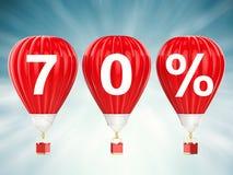 70% verkoopteken op roodgloeiende luchtballons Stock Afbeelding
