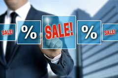Verkooptouchscreen wordt in werking gesteld door zakenman royalty-vrije stock foto