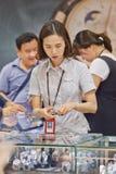 Verkoopvrouw in een belastingvrije winkel bij Incheon-Luchthaven, Seoel, Zuid-Korea Stock Afbeeldingen